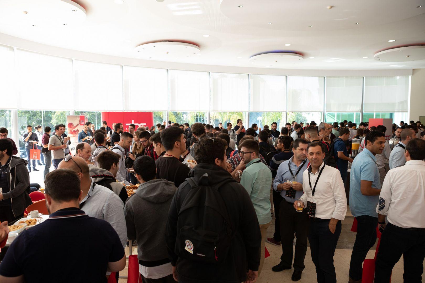 Átrito do Hotel Lagoas Park cheio com pessoas durante a DevSummit