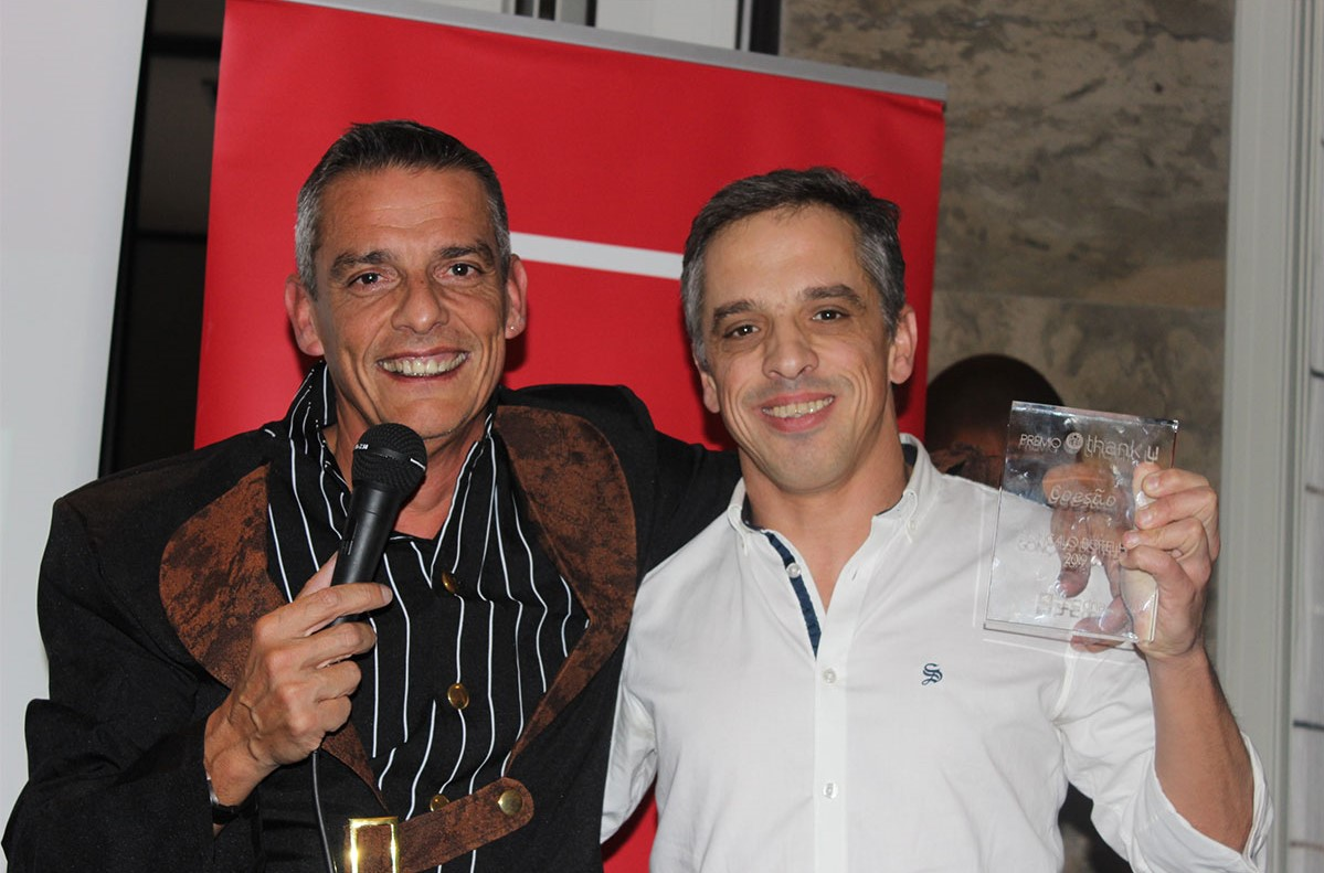 Miguel Capelão a entregar um prémo Tahnk u a uim colaborador no jantar de natal da PHC