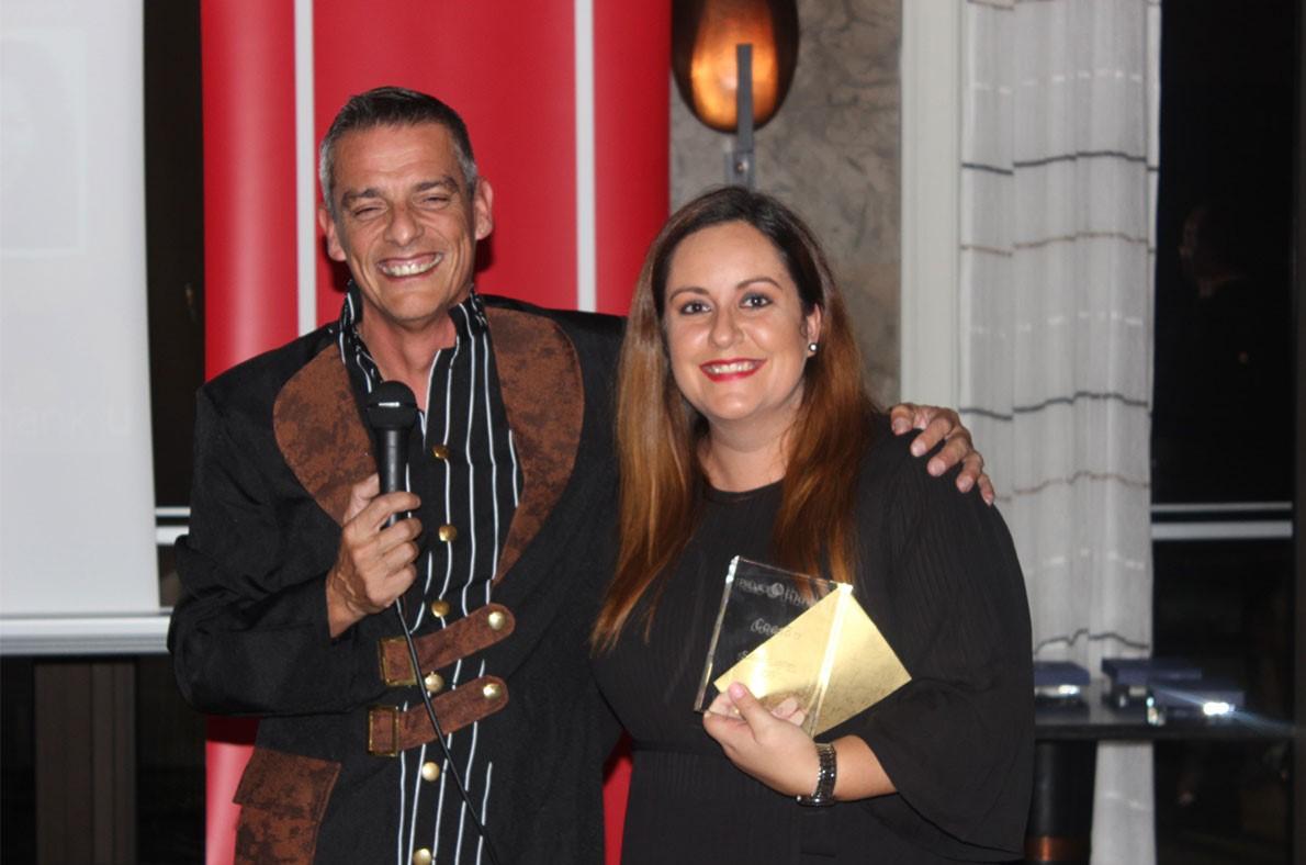 Miguel Capelão a entregar um prémo a uim colaboradora no jantar de natal da PHC