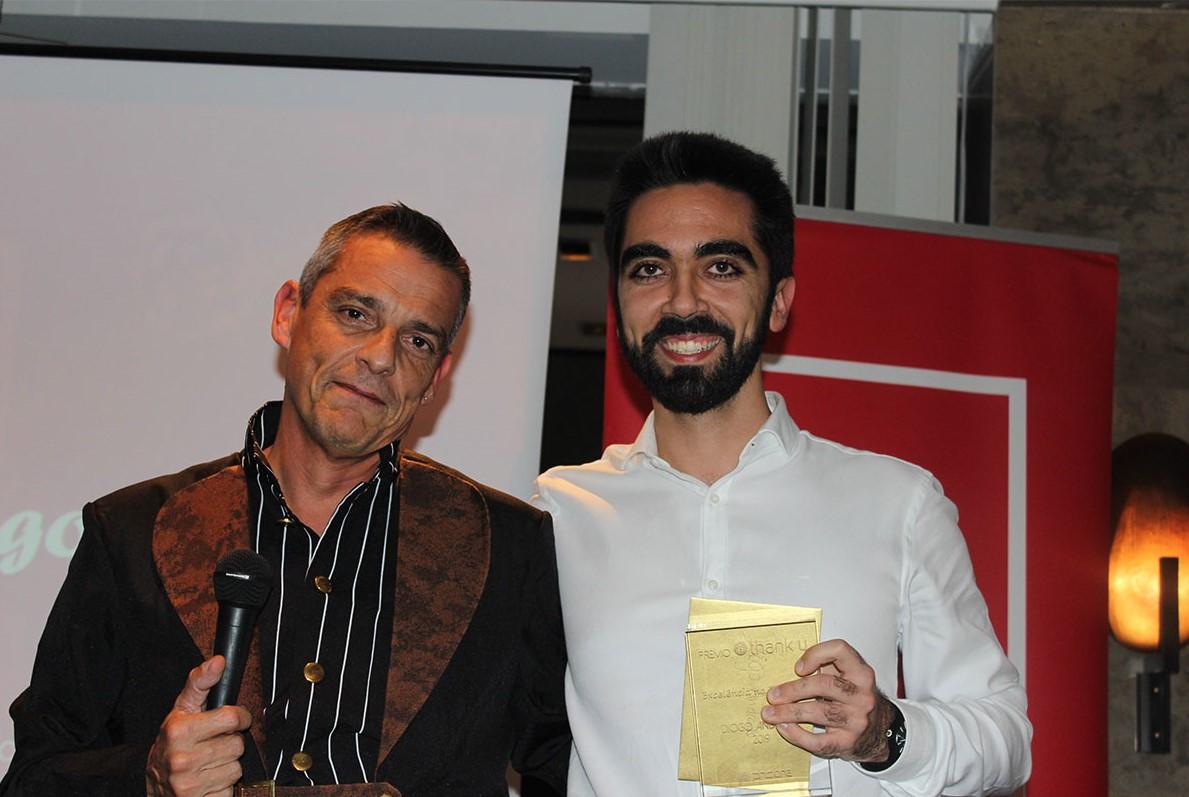 Miguel Capelão a entregar um prémo a uim colaborador no jantar de natal da PHC