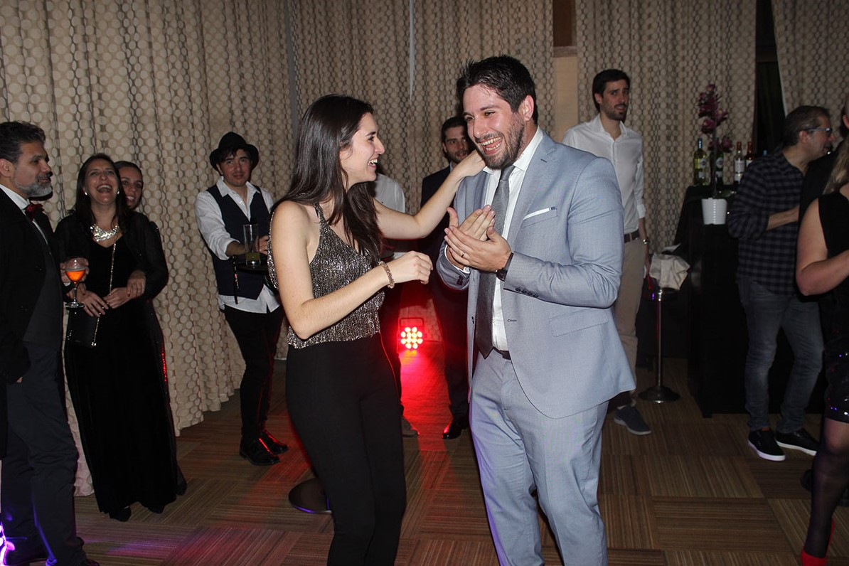 Homem e mulherem a dançarem numa pista de dança