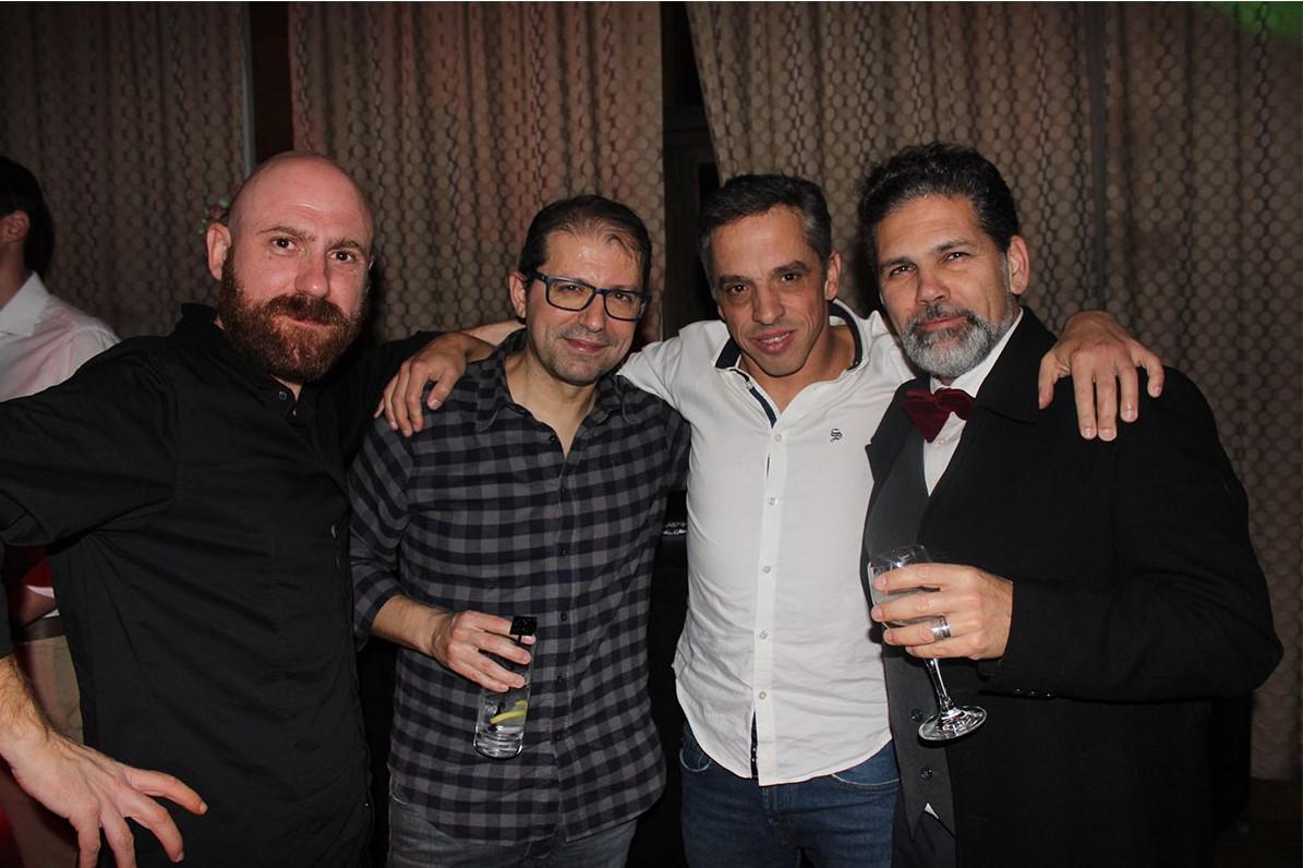Quatro homens abraçados