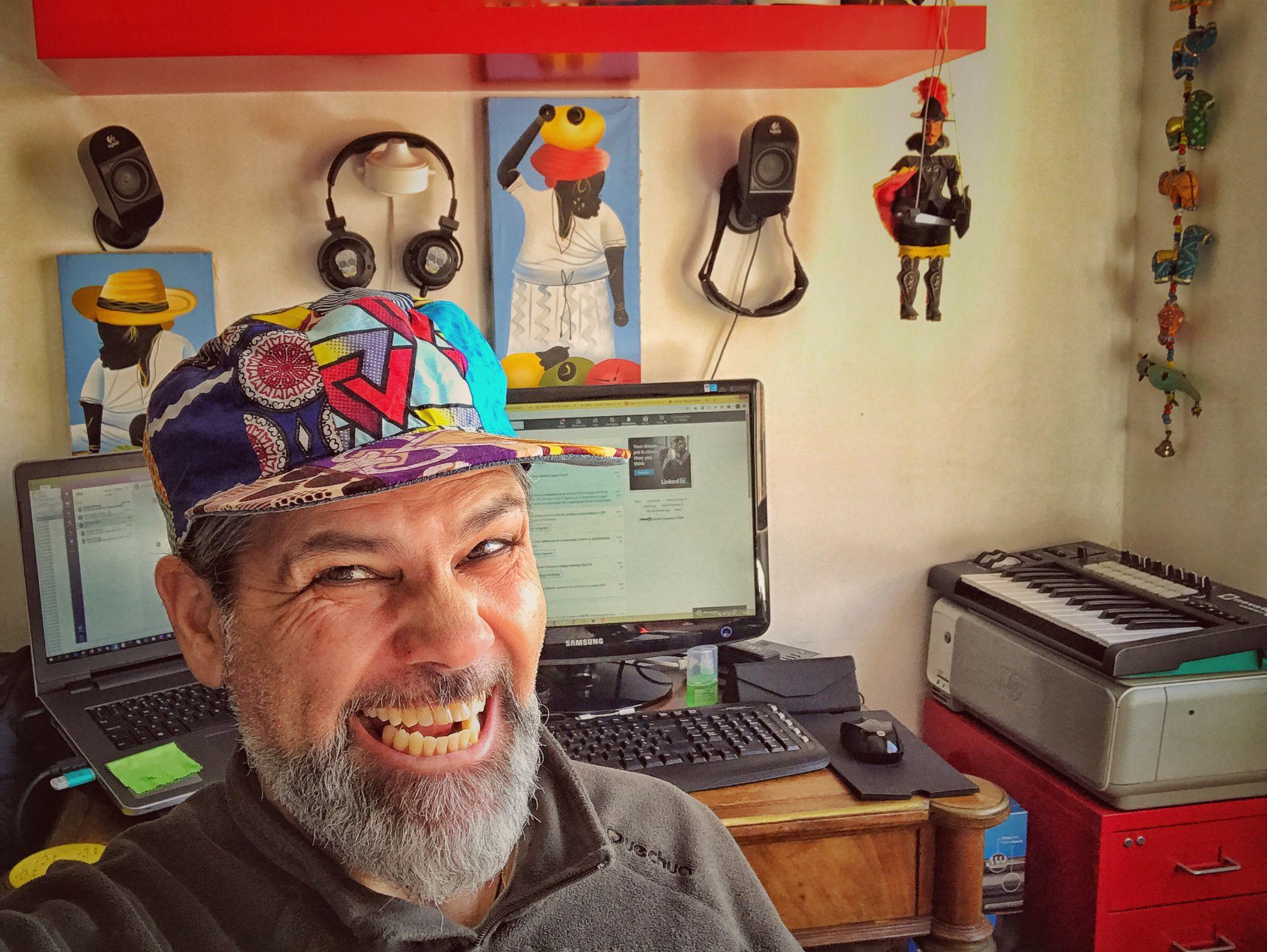 Colaborador da PHC durante a quarentena a trabalhar em casa com objetos africanos